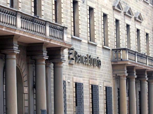 La sede di Banca Etruria ad Arezzo. L'istituto è finito in risoluzione insieme con Banca Marche, CariFerrara e CariChieti