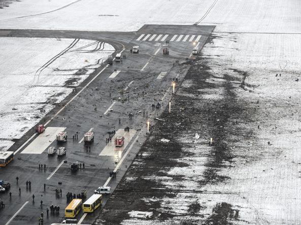 I detriti lasciati dall'aereo che si è schiantato alla fine della pista 22