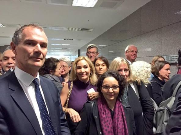 Un gruppo di diplomatici al processo. Tra loro il console italiano, Federica Ferrari Bravo (Foto da @LeighTurnerFCO/Twitter)