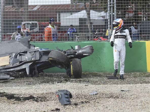 Fernando Alonso esce camminando dall'abitacolo della sua McLaren-Honda distrutta (Ap)
