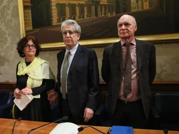 I genitori di Giulio Regeni e, al centro, il senatore Manconi (Ansa)