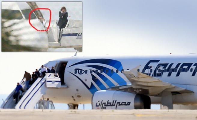 Passeggeri scendono dall'aereo. Nel riquadro l'istante in cui il dirottatore lascia cadere la lettera per l'ex moglie (da Youm7)