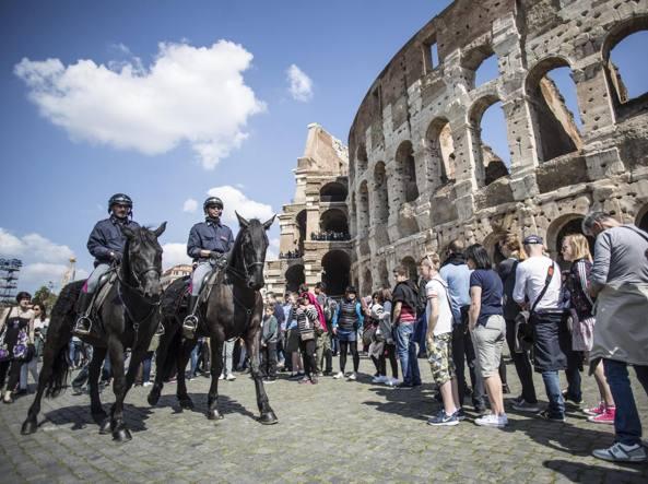 Polizia a cavallo davanti al Colosseo (Jpeg)