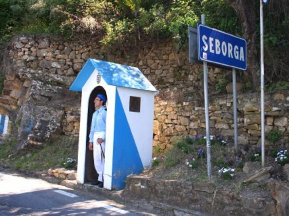 Una guardia all'ingresso del «Principato» di Seborga (Foto da principatodiseborga.com)
