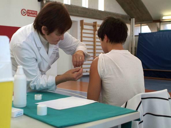 Campagna di vaccinazione contro la meningite (Ansa)