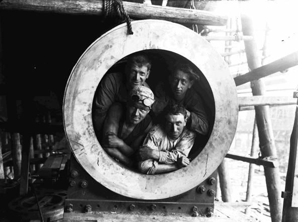 Alcuni operai dei cantieri navali Ansaldo, che negli anni Trenta, in seguito alla crisi del 1929, finirono sotto il controllo pubblico attraverso l'Istituto per la ricostruzione industriale (Iri). Foto Archivio Ansaldo