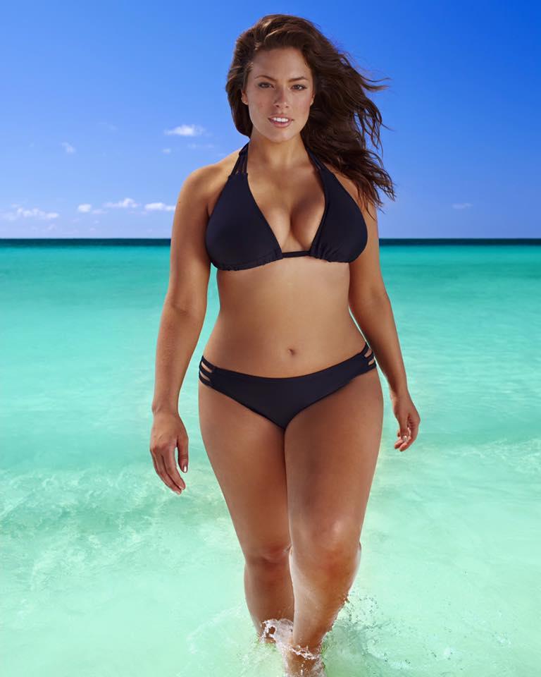 la modella curvy ashley graham in bikini foto da facebook