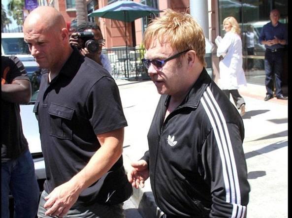 Elton John con l'ex guardia del corpo