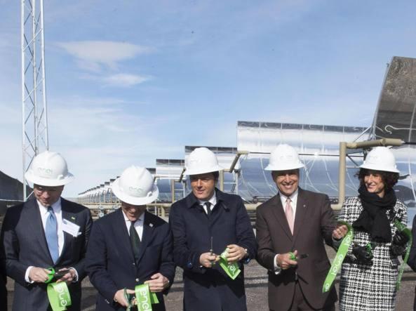 Matteo Renzi (con la moglie Agnese) inaugura lo stabilimento di Enel Green Power (Ansa)