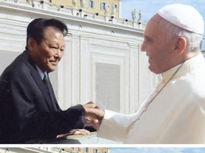 Il giapponese e la foto «ritoccata» con Bergoglio (Ansa)