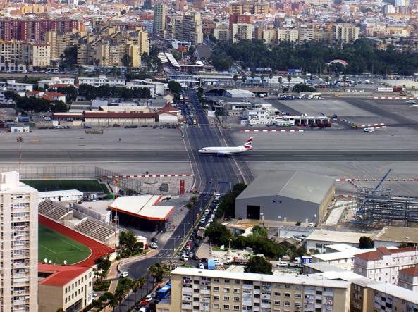 La pista dell'aeroporto di Gibilterra che incrocia con la strada principale per auto e pedoni