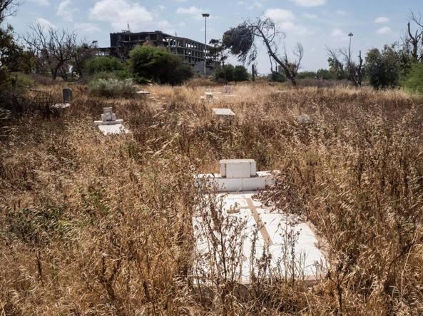 Tombe abbandonate coperte dalla vegetazione incolta nel cimitero italiano a Tripoli (foto Gabriele Micalizzi, Cesura)