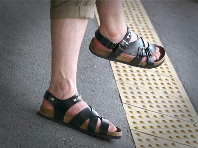 Sandali da uomo, a lei non piacciono. E su Facebook il gruppo per prenderli in giro