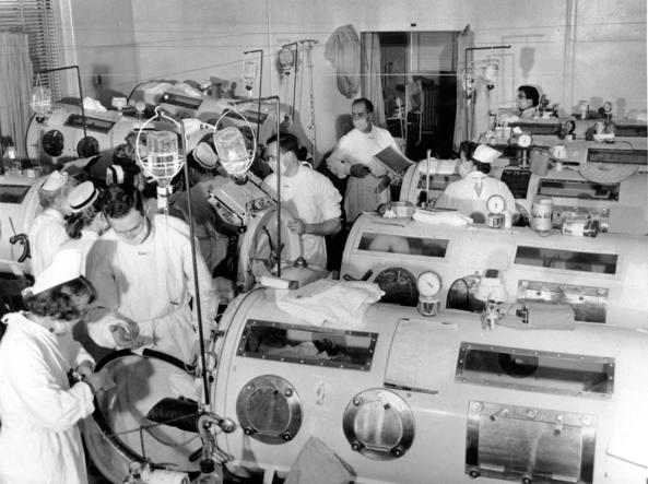 Polmoni d'acciaio per persone colpite dalle complicanze della poliomielite quando era un'emergenza sanitaria. Foto presso l'Haynes Memorial Hospital di Boston del  16 agosto 1955 (Ap)