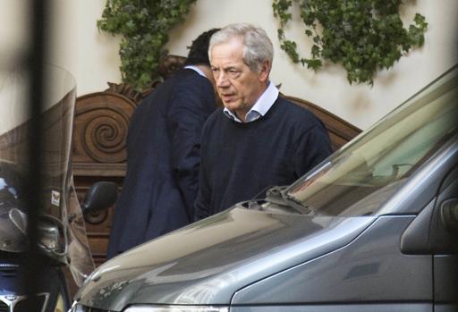 Guido Bertolaso a Palazzo Grazioli per il faccia a faccia con Silvio Berlusconi (Lapresse)