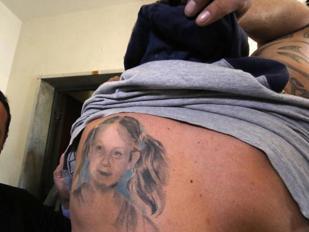 Il tatuaggio di Fortuna sulla pelle del padre