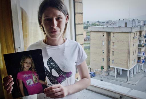 La mamma di Fortuna mostra la sua foto (Laporta)