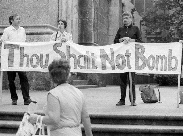 «Non bombardare»: padre Berrigan nel 1973 a New York