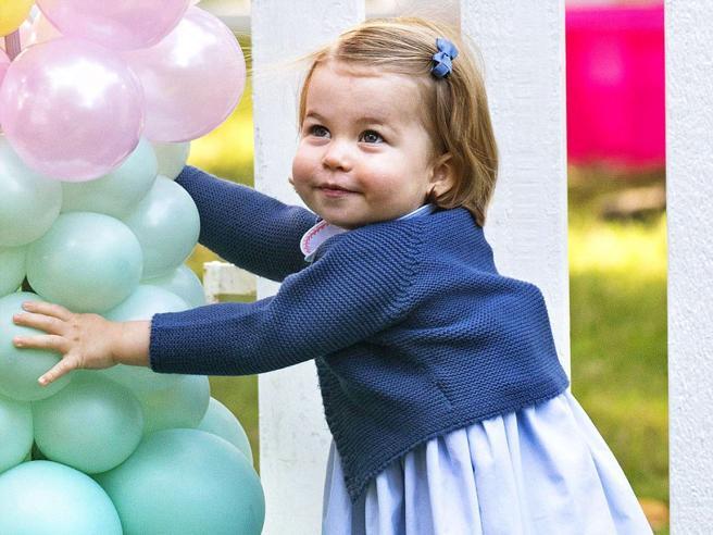 Le smorfie, i sorrisi (e una festa): Charlotte d'Inghilterra compie due anni