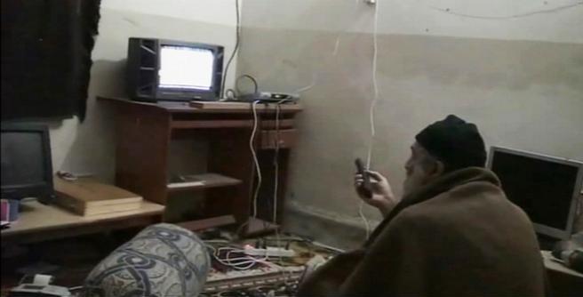Osama Bin Laden mentre guarda la tv nel suo covo di Abbottabad (Reuters/Pentagono)