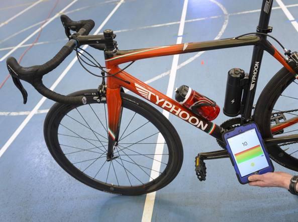 La presentazione dell'apparecchio per testare le biciclette nella sede dell'Uci ad Aigle, in Svizzera (Afp/Coffrini)