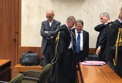 A sinistra  Renato Soru oggi in tribunale a Cagliari