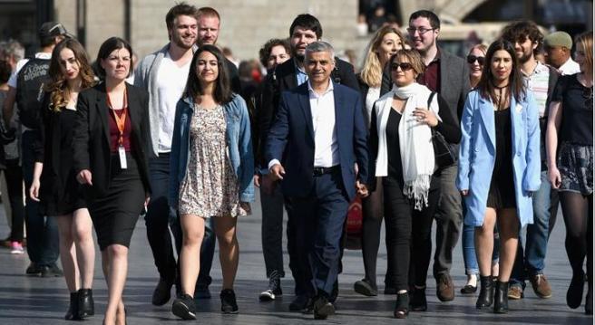 Sadiq Khan, al centro, con moglie, famiglia e staff si avvia verso la CIty Hall di Londra (Getty/Turner)
