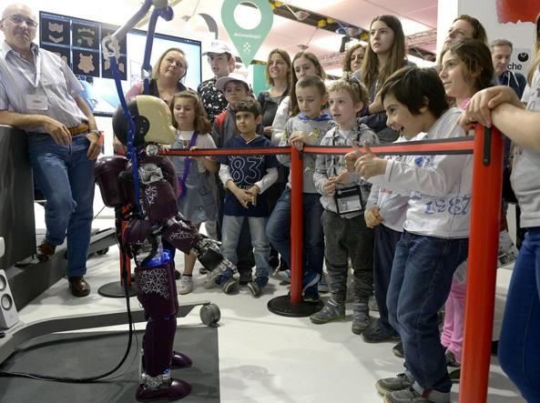 Il «robotino» ICub, una delle grandi attrazioni (soprattutto per i più piccini) del Salone