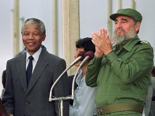 Mandela con Fidel Castro (Afp)
