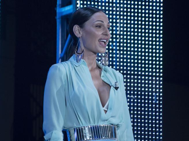 Anna Tatangelo: 30 anni tra musica, amore, spacchi e scollature sexy