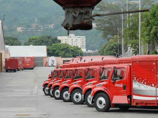 Il Venezuela resta senza  Coca ColaCittà al buio e cibi razionati - Foto