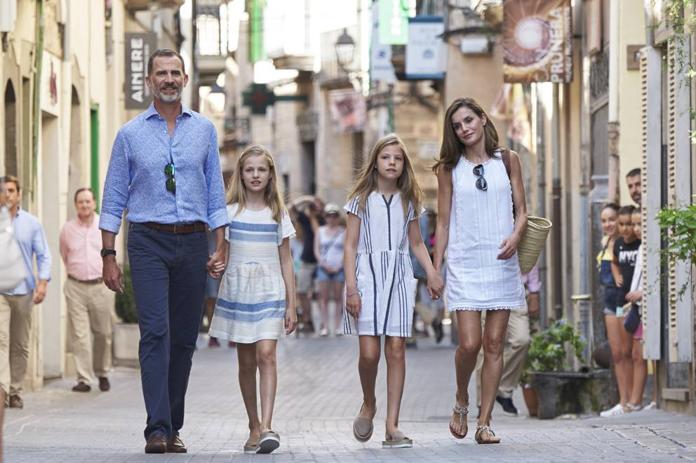 Letizia in bianco e sandali con le figlie e felipe le - Method homes espana ...