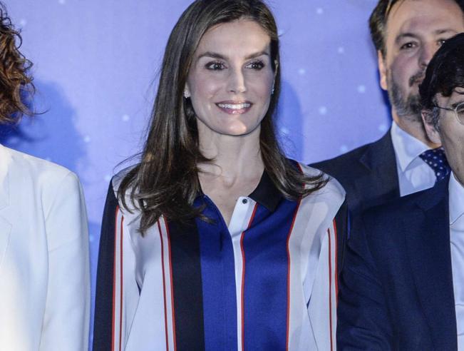 Spagna, la regina Letizia multicolor a Madrid per i premi dedicati alla disabilità