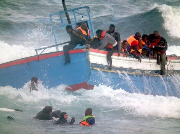 I soccorsi a un barcone in difficoltà (Ansa)