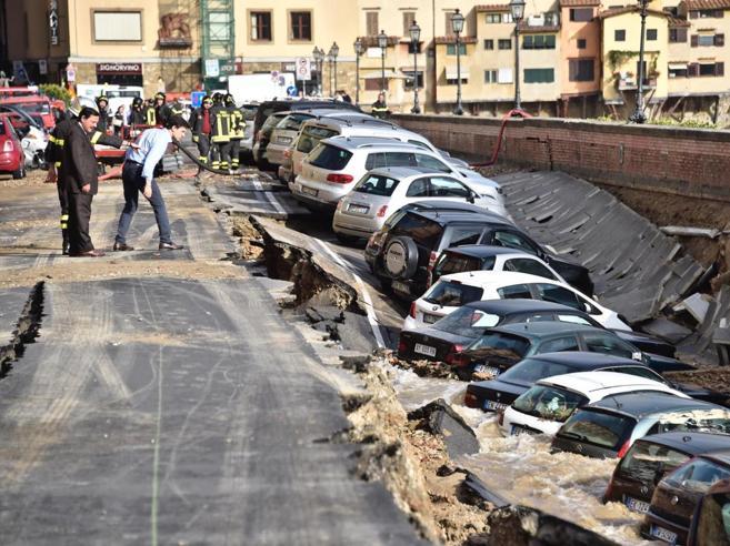 La voragine e quei  tubi usurati A Firenze inchiesta per crollo colposo|Le immagini