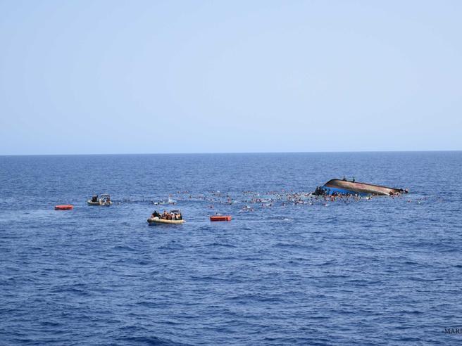 Migranti, altro naufragio: 20 morti|Foto«Pronto ad adottare    la bambina salvata»