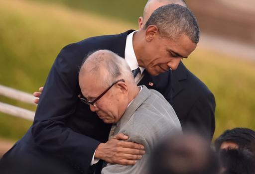 Obama abbraccia un sopravvissuto di Hiroshima (Getty Images)
