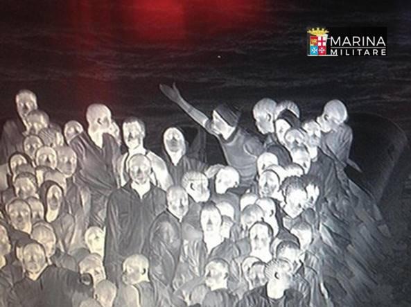 Come fantasmi: gli immigrati soccorsi giovedì sera dalla nave Vega (Ansa)