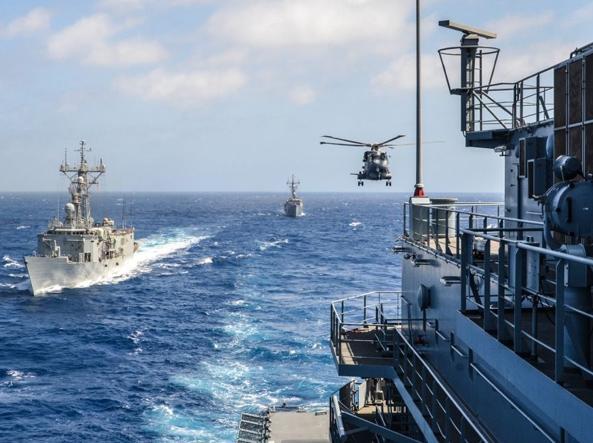 Un elicottero si avvicina alla nave tedesca che rifornirà le due unità spagnole