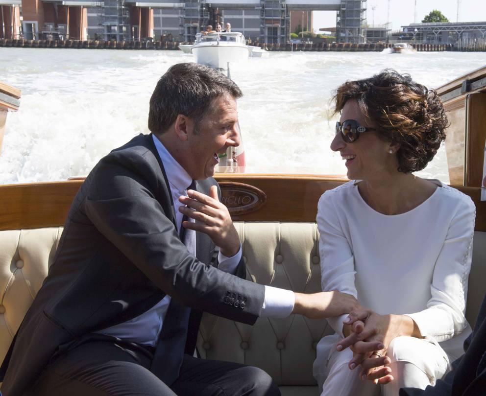 Matteo renzi e la moglie agnese landini in motoscafo a for Landini cucine ginevra