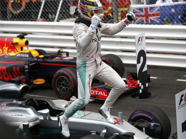 Lewis Hamilton salta sulla sua Mercedes dopo aver vinto il Gp di Monaco (Reuters)