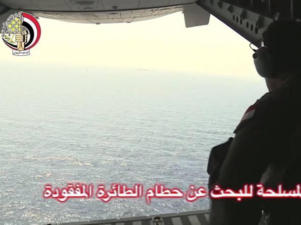 Aereo EgyptAir aveva lanciato segnale di emergenza, lo confermano autorità egiziane