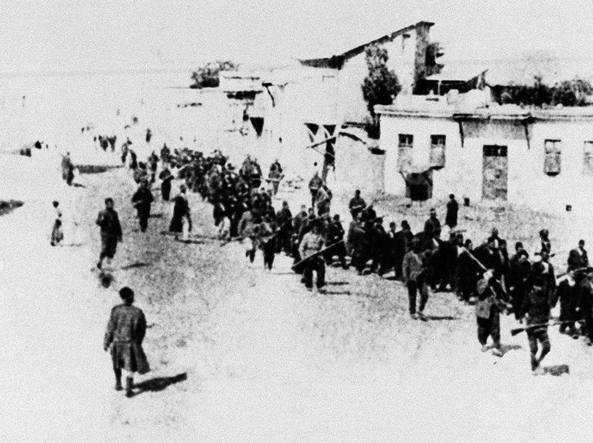 Una foto del 1915: un gruppo di armeno scortati da soldati turchi in un luogo dove poi sarebbero stati uccisi