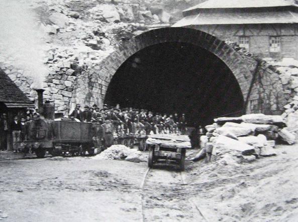 Squadre di cantonieri davanti al tunnel del Gottardo, che venne realizzato tra il 1872 e il 1882