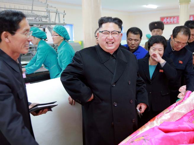 Nord Corea, Kim Jong-un compie 33 anni. E visita una fabbrica di trapunte