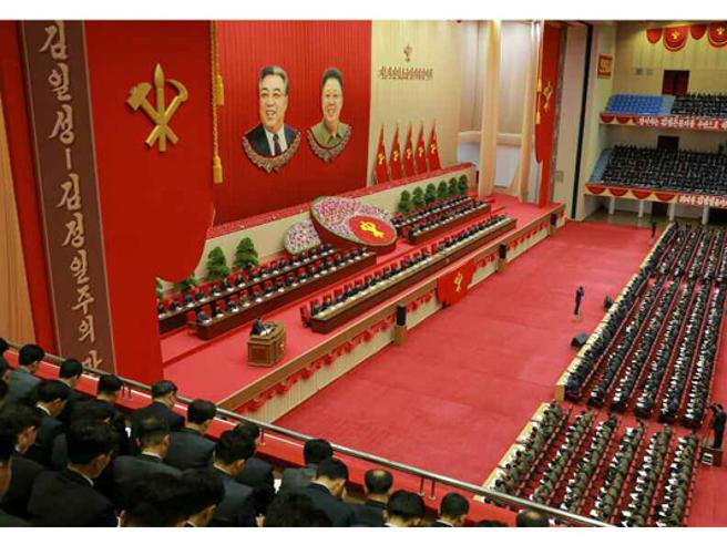Nord Corea, Kim parla al partito: tutti  prendono appunti  Le foto