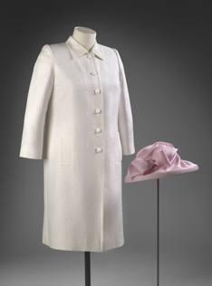 Tutti gli abiti della regina lo stile di elisabetta in for Quanto costa la corona della regina elisabetta