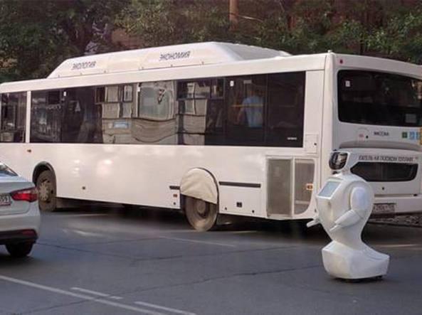 Promobot V3, il robot che fugge e blocca il traffico