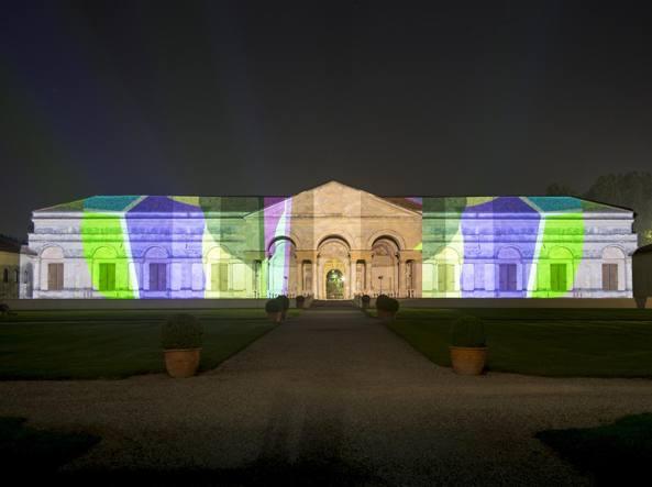 La facciata di Palazzo Te a Mantova  durante le prove generali dell'installazione visiva di Brian Eno, 77 Million Paintings for Palazzo Te (Foto Gianmaria Pontiroli)