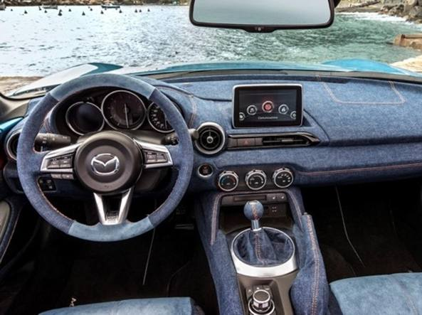 Ecco anche la Mazda di Lapo: tramonto, indaco e interni denim